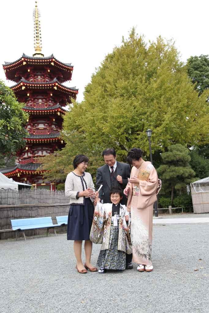 七五三五重塔前で家族写真