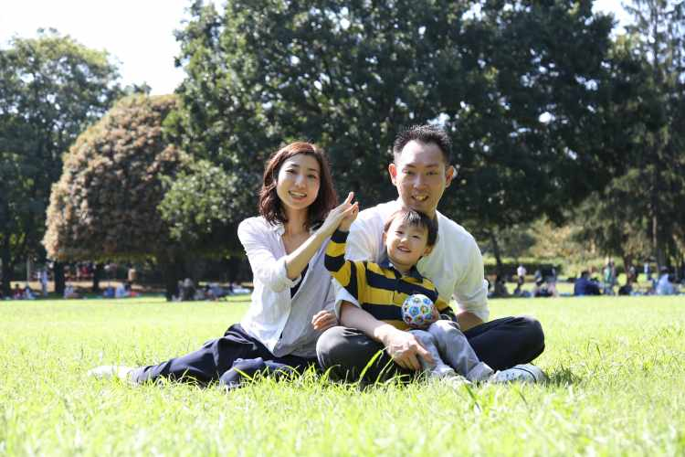 公園でお誕生日記念家族写真