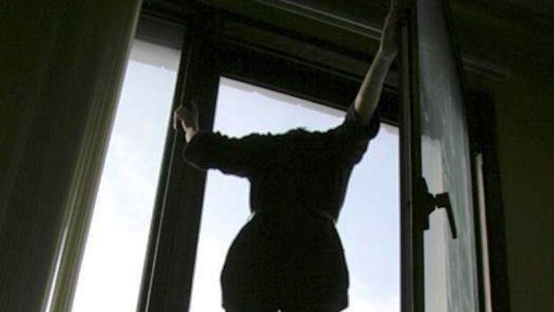 В Санкт - Петербурге женщина выбросилась из окна