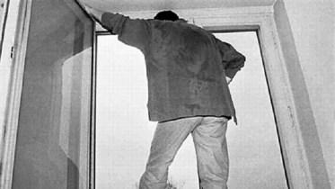 В Ростове 30-летний мужчина выпрыгнул из окна 4-го этажа, скрываясь от полиции