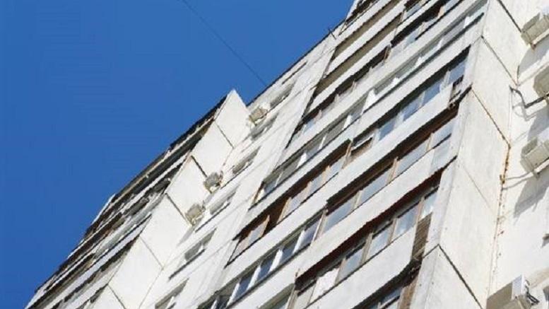 В Новосибирске мужчина выпал из окна квартиры 17 этажа