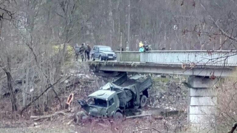В Ленинградской области КамАЗ с военными упал в кювет, пробив заграждение моста