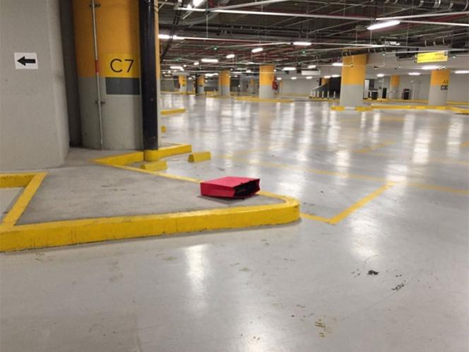 El bolso de papel color rojo se encontraba tirado junto a la columna C-7 del estacionamiento. Fotos: Cortesía SSPDF