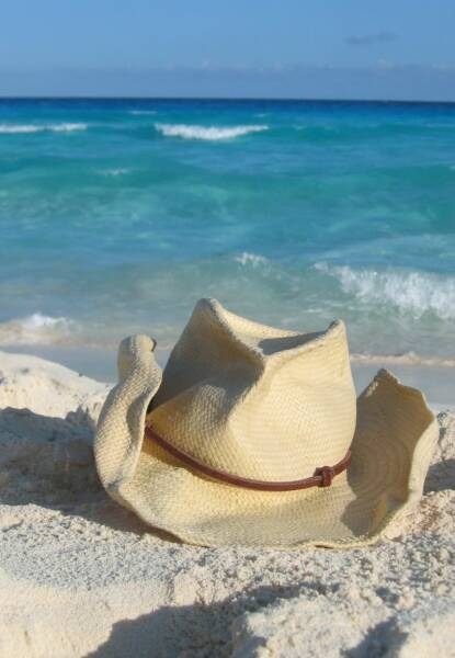 Don't forget your beach hat! Image from Bainos Bantet.