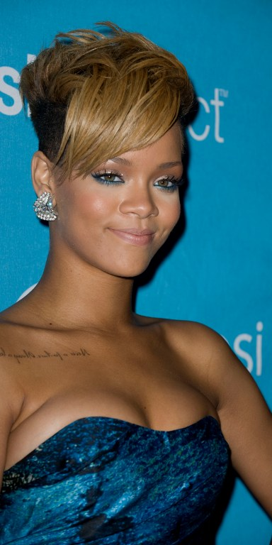 Rihanna wearing blue eyeliner. Image from Canadian Beauty