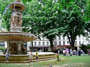 Fountain in Square Louvois 1
