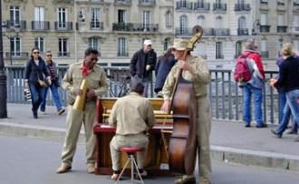 Piano players on the Ile Saint Louis