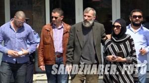 Enver Škrijelj sa suprugom i prijateljima izlazi iz Pu Novi Pazar