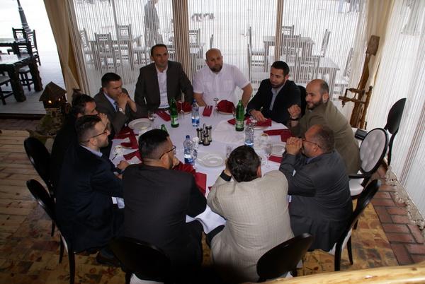 glavni muftija sa saradnicima u restoranu
