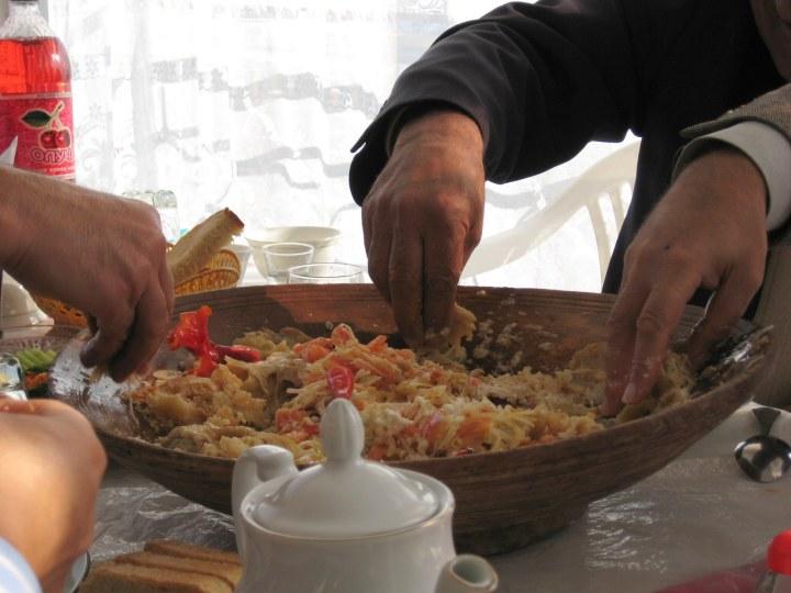 Kurutob_eating_with_hands