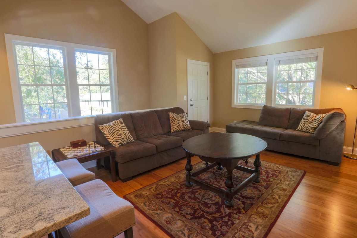Particular This Second Carriage House Features Light Space Mins From Downtown Charleston Mins From Newly Pet Friendly Accommodations Charleston Sc Pet Friendly Hotels Near Charleston Sc Airport Plenty bark post Pet Friendly Hotels Charleston Sc