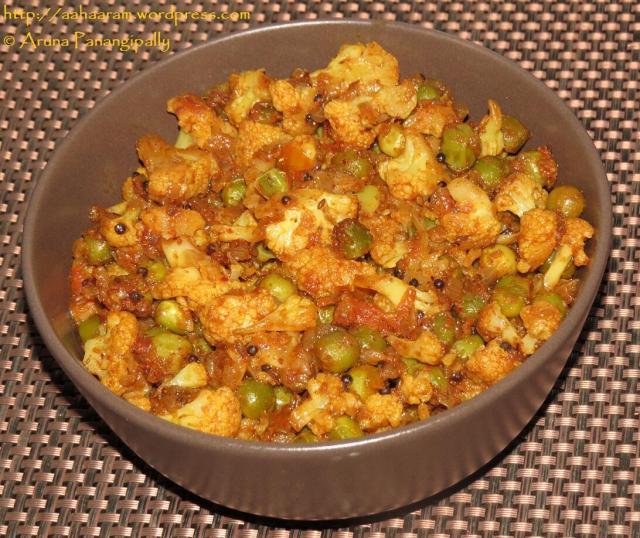 Phool Gobi Aur Matar ki Bhaji (Cauliflower and Peas Curry)
