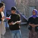 yuva faruk en pera salva communiceren (via woordenboek) met amerikaanse bezoeker