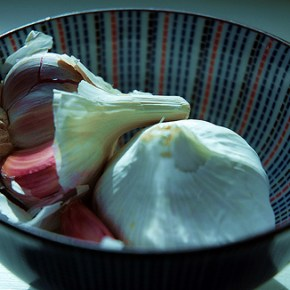 How to Peel a Whole Head of Garlic in Less Than 10 seconds and Without a Knife!