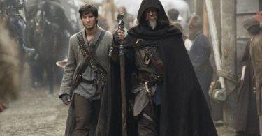 Knight John Gregory (Jeff Bridges) walks with his young apprentice Thomas Ward (Ben Barnes)