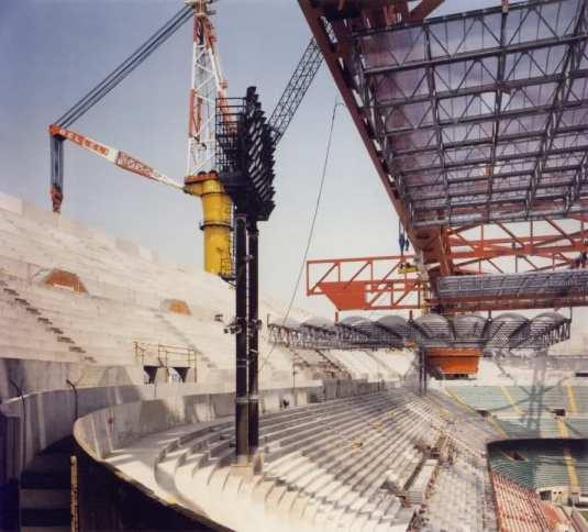 La pose de la structure du toit de San Siro, années 80