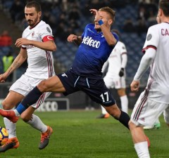 Lazio's midfielder Ciro Immobile  (C) fights for the ball with AC Milan's defender from Italy Leonardo Bonucci  during the Italian Tim Cup semi-final football match between Lazio and AC Milan on February 28, 2018, at the Olympic Stadium in Rome.  / AFP PHOTO / Andreas SOLARO