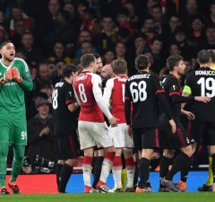 AC Milan's Italian goalkeeper Gianluigi Donnarumma (L)  reacts to the granting of a penalty leading to Arsenal's first goal during the UEFA Europa League round of 16 second-leg football match between Arsenal and AC Milan at the Emirates Stadium in London on March 15, 2018.   / AFP PHOTO / Ben STANSALL