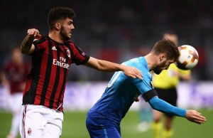 AC Milan's forward Patrick Cutrone from Italy (L) fights for the ball with Arsenal's defender Shkodran Mustafi from Germany during the UEFA Europa League round of 16 first-leg football match AC Milan Vs Arsenal at the 'San Siro Stadium' in Milan on March 8, 2018. / AFP PHOTO / MARCO BERTORELLO