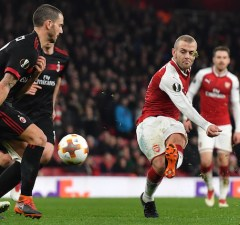 Arsenal's English midfielder Jack Wilshere (R) takes a shot during the UEFA Europa League round of 16 second-leg football match  between Arsenal and AC Milan at the Emirates Stadium in London on March 15, 2018.  / AFP PHOTO / Ben STANSALL