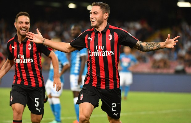 AC Milan's Italian defender Davide Calabria (R) celebrates with AC Milan's Italian midfielder Giacomo Bonaventura after scoring during the Italian Serie A football match Napoli vs AC Milan on August 25, 2018 at the San Paolo Stadium in Naples. / AFP PHOTO / Alberto PIZZOLI