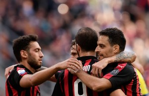 AC Milan's Italian midfielder Giacomo Bonaventura (R) celebrates with his teammates after scoring during the Italian Serie A football match between AC Milan and Chievo Verona on October 7, 2018 at the Giuseppe Meazza Stadium, in Milan. / AFP PHOTO / MARCO BERTORELLO