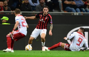 AC Milan's Italian defender Davide Calabria (C) challenges Olympiakos' Greek defender Leonardo Koutris (L) and Olympiakos' Spanish forward Miguel Angel Guerrero Martin during the Europa League Group F football match between AC Milan and Olympiakos at the San Siro stadium on October 4, 2018 in Milan. (Photo by Miguel MEDINA / AFP)