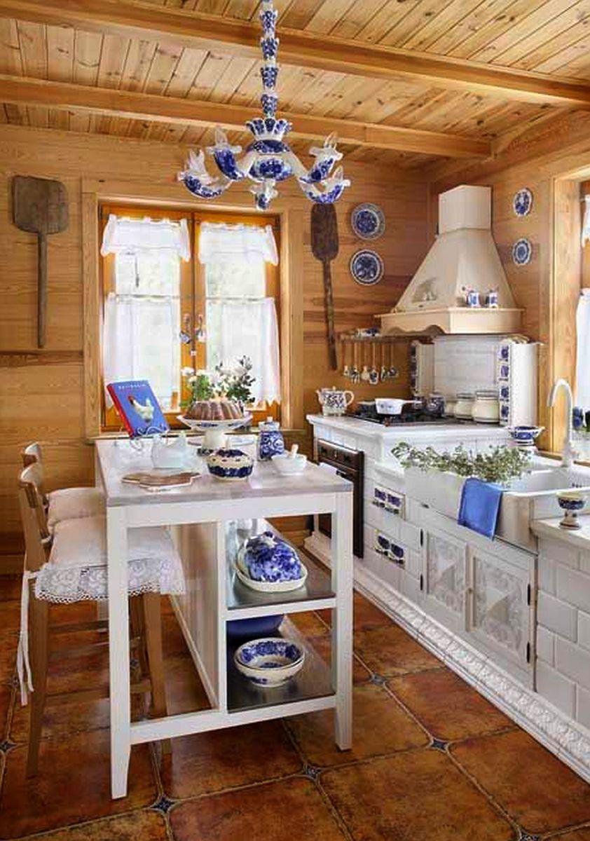 De vis casa asta din lemn decorată în alb și albastru
