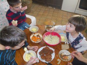 Andrei, Alexandru si Sofia copiii Elenei si a lui Doru