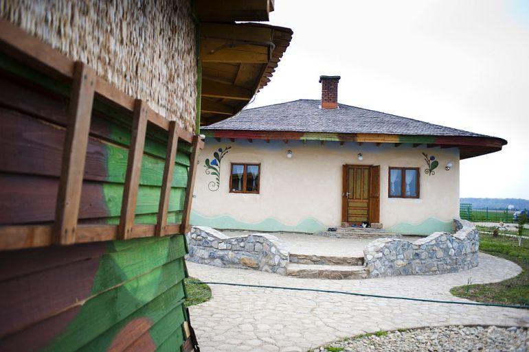 adelaparvu.com despre casa din chirpici la Ciolpani, Poiana Florilor, designer Elena Vasiliu arh. Raluca Suru, Foto Dragos Boldea (69)