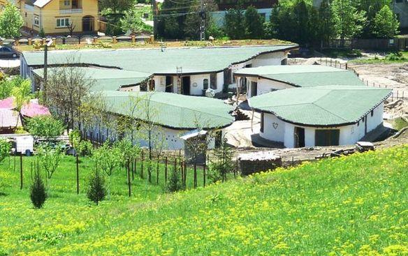 Cob Village Berca in aprilie 2014, Foto Irina Anghel