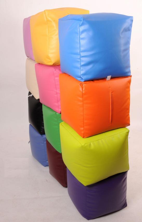 Fotolii puf cubice disponibile in variate culori, 45 x 45 cm, pret 81 lei (19 euro). De la fotoliipuf.ro