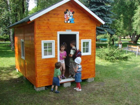 Casuta de lemn Irina testata de copii in parc. Realizata de Casute Kalman
