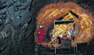 sierra grande mina de hierro extraccion y proceso.bajo mina taladro y operario.martin brunella