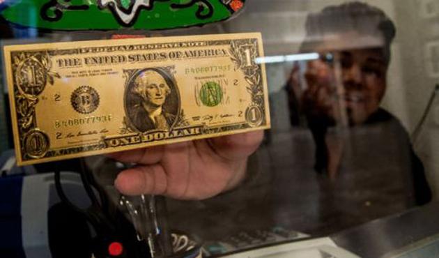 Dólar se vende hasta a 19.40 pesos en el AICM (09:00 h)