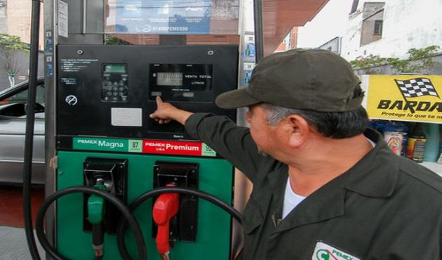 Litro de gasolina Magna seguirá a 13.16 pesos en mayo; Premium baja a $13.95 (17:03 h)