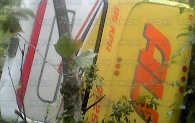 Vuelca camión de la línea AU en Huautla de Jiménez, 12 personas lesionadas (18:10 h)