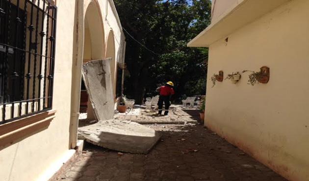 Fuertes vientos derriban anuncio en Salina Cruz (15:15 h)