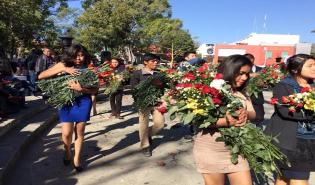 Estudiantes de la UABJO presentes en el primer viernes del Llano (10:20 h)