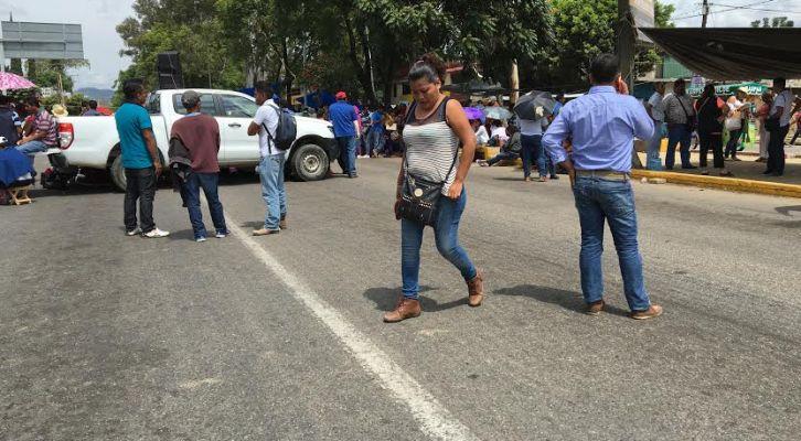 Maestros bloquean completamente circulación en el monumento a Juárez salida a Tuxtepec (12:18 h)