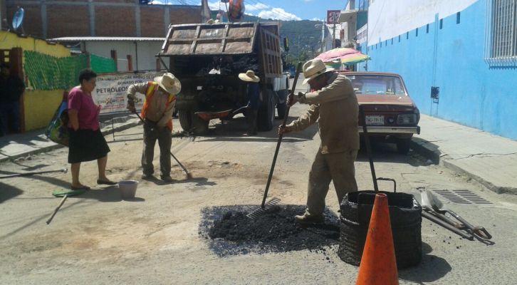 Cuadrillas municipales realizan labores   de bacheo en Colonia Libertad (18:00 h)
