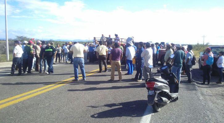 Comuneros de San Blas Atempa bloquean carretera; exigen frenen invasión a sus tierras (11:09 h)