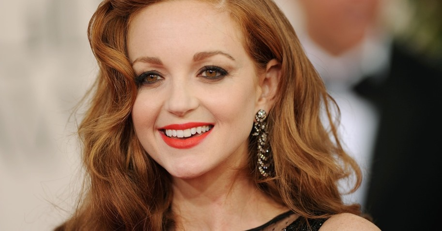 a-atriz-jayma-mays-de-glee-optou-por-um-batom-laranja-sem-brilhos-para-contrastar-com-sua-pele-branca-nos-olhos-esfumado-em-tons-de-marrom-e-contorno-com-lapis-e-delineador-pretos-1295285270620_956x500