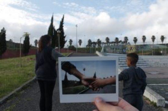 foto de duas mãos dadas sobre pessoas de mãos dadas