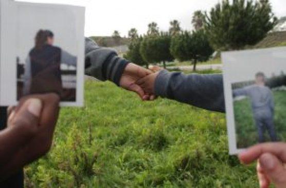 Duas fotos sobre pessoas de mãos dadas