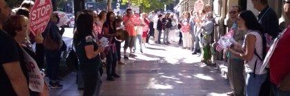 Stop Desahucios Granada 15M concentrado en las puertas del Santander