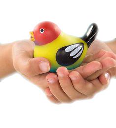 śpiewajacy ptaszek dotykowy w rekach dziecka