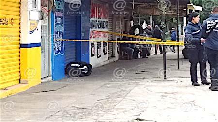 Amanece hombre asesinado a golpes en una banqueta de Ecatepec