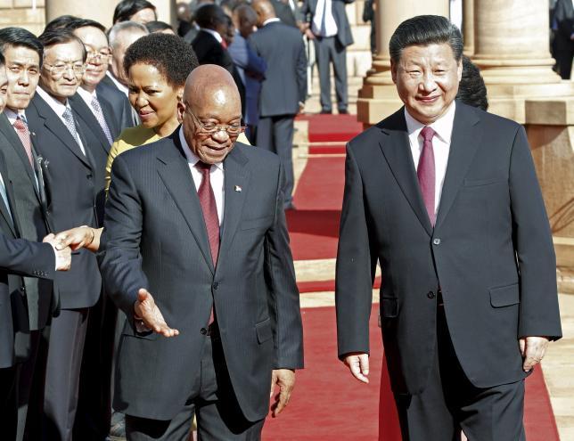 12月4日、中国の習近平国家主席は、南アフリカで開かれた中国・アフリカ協力フォーラムで、アフリカに対し開発資金として3年間で600億ドルを投資すると表明した。プレトリアで南アのズマ大統領(左)と歩く習主席(2015年 ロイター/SIDNEY SESHIBEDI)