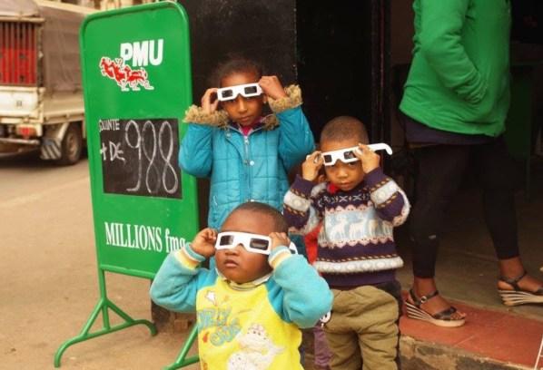子供たちも興味津々。ちょっとメガネがずれてるけど・・・。